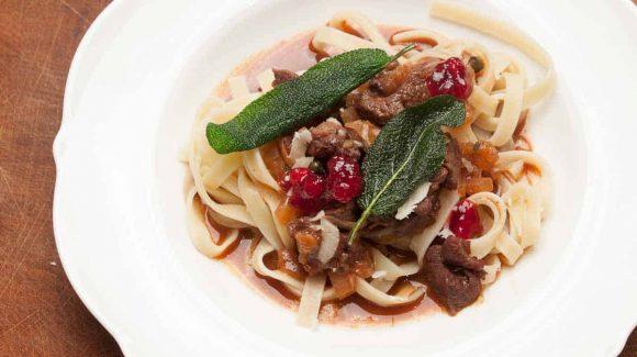 Hirschragout mit Pasta und knusprigem Salbei.