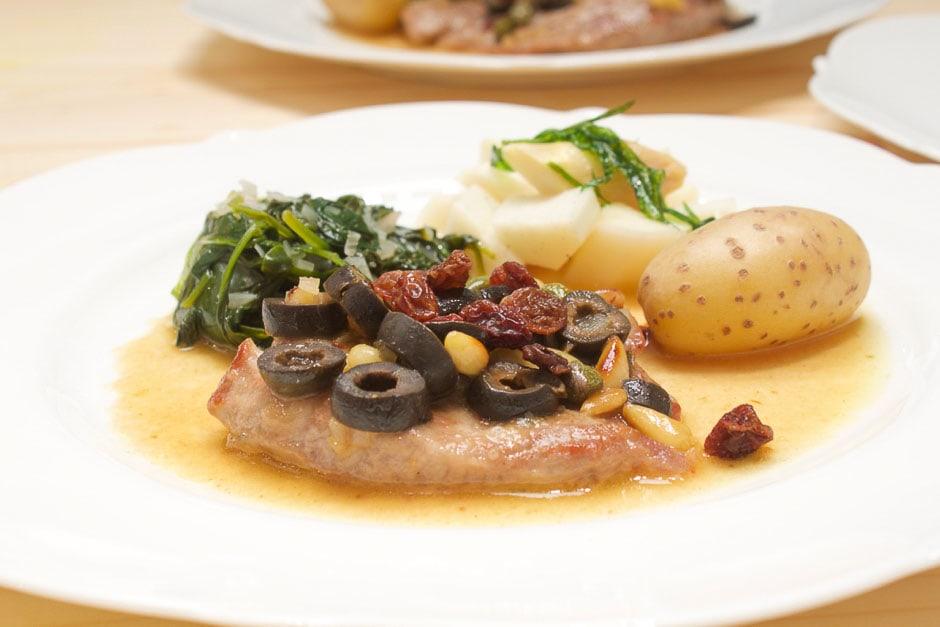 italienisches Kalbsschnitzel mit Kapern, Oliven und Martini