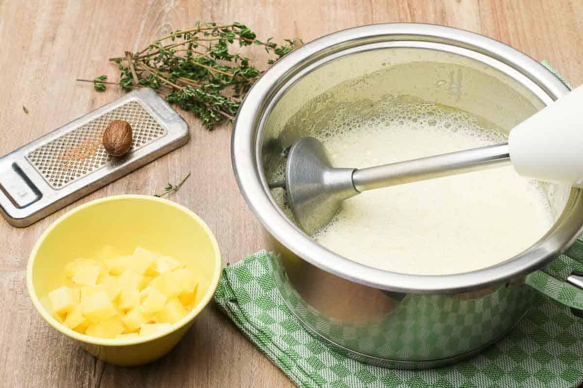 Kartoffelsuppe beim zubereiten