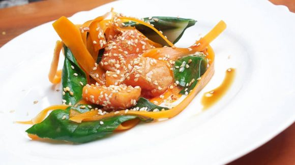Einfaches Lachs Rezept mit Mangold und Karotten oder mit Spinat oder Pak Choi.