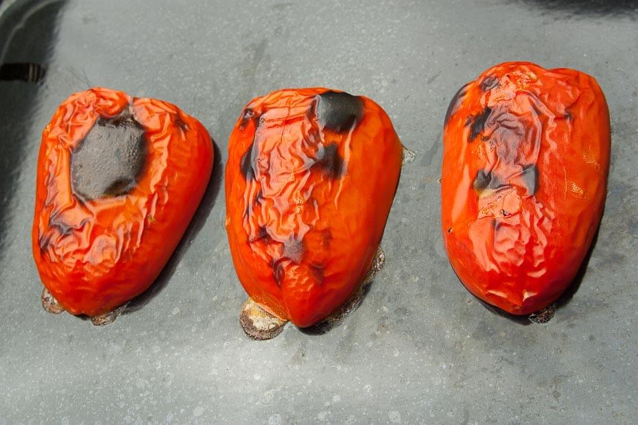 Paprikastücke zum Grillen auf dem Backblech.