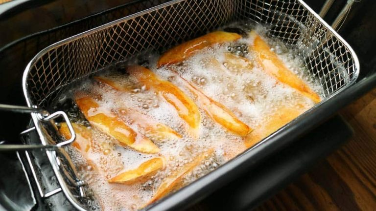 pommes frites und potato wedges in der fritteuse