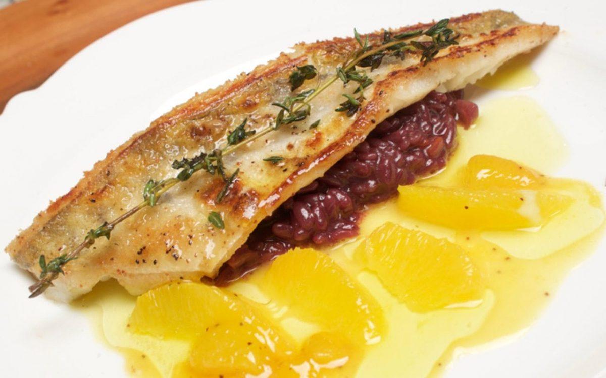 Rotweinrisotto mit einem Znaderfilet knusprig gebraten, dazu Orangenfilets.