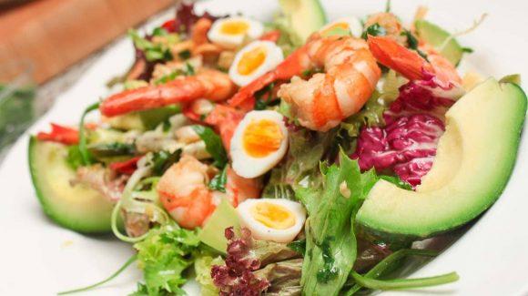 Salat mit Garnelen und Avocados und Wachtelei mit feinem Salat Dressing.