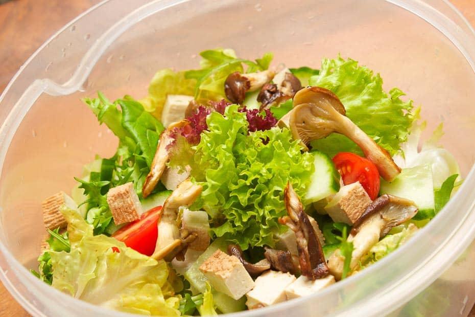 Salat mit Tofu und Pilzen, normal und asiatisch