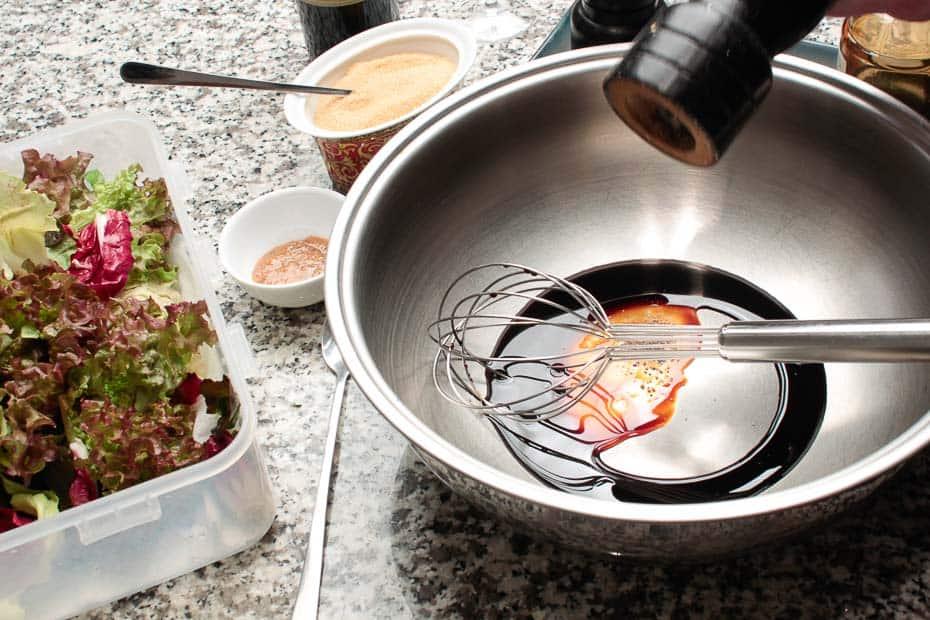 Salatdressing oder Vinaigrette zubereiten.