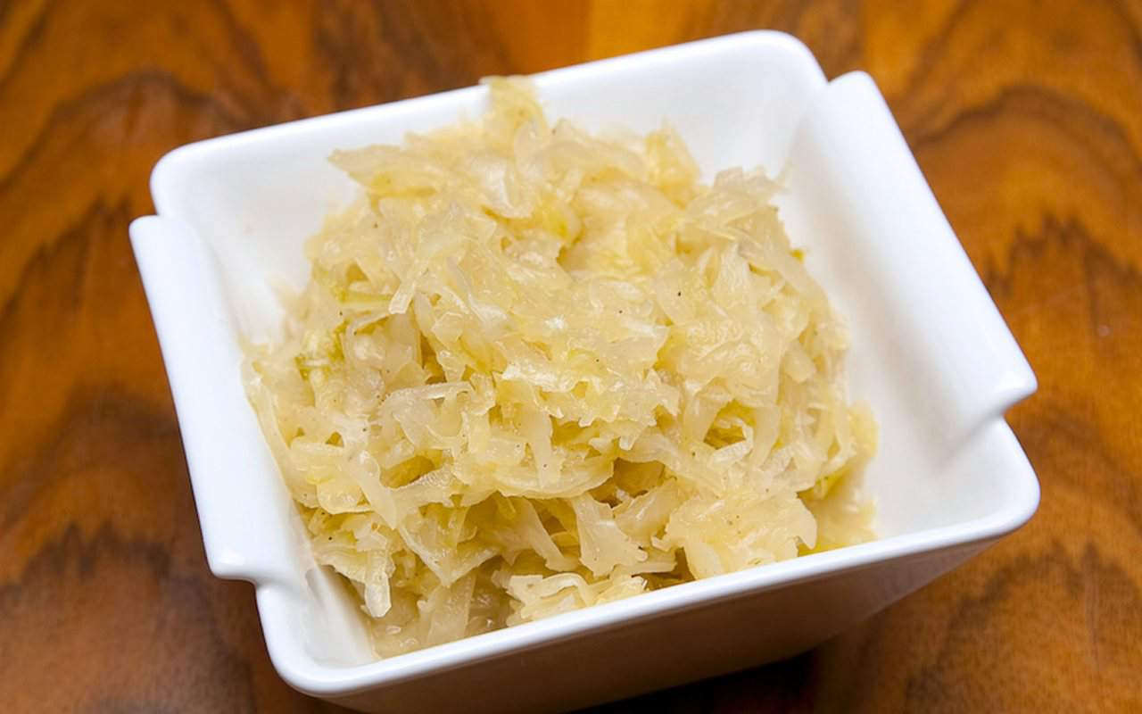 gekochtes sauerkraut als beilage zum bayerischen schweinbraten.