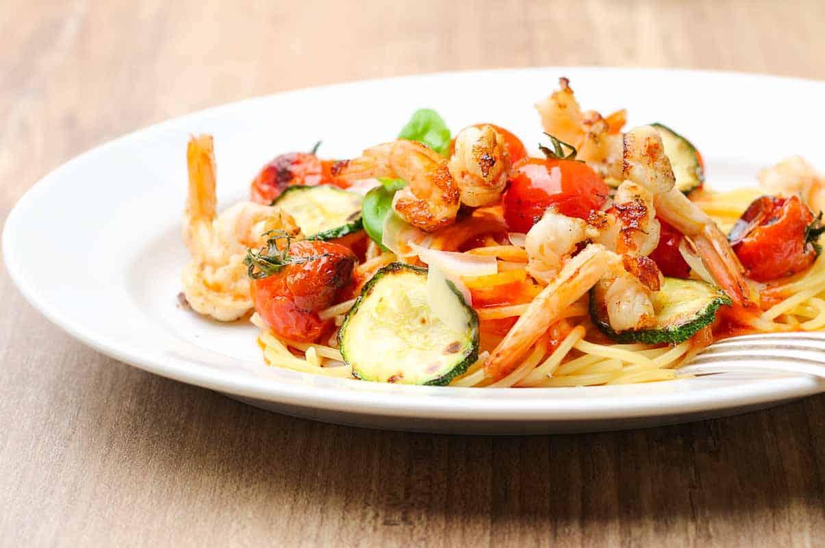 Spaghetti mit Tomatensauce, hier mit Garnelen und Zucchini.