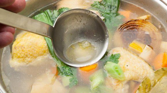 Hühnersuppe im Topf, das wird lecker!