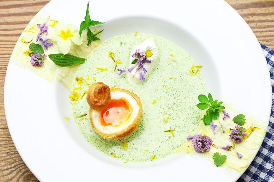Meine Gründonnerstagssuppe, eine Wildkräutersuppe, herrlich grün, luftig geschäumt mit einem panierten, frittierten Ei