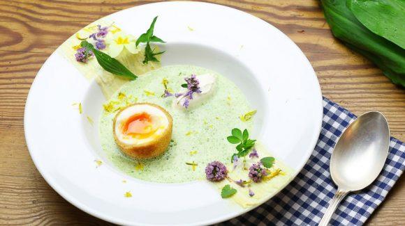 Kräutersuppe für Gründonnerstag eine Wildkräutersuppe mit gebackenem oder frittiertem Ei. Feine Gründonnerstagsuppe für Ostern das Osterfest, den Osterbrunch oder das Ostermenü.