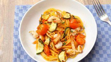 Spaghetti mit Tomaten Soße und Garnelen