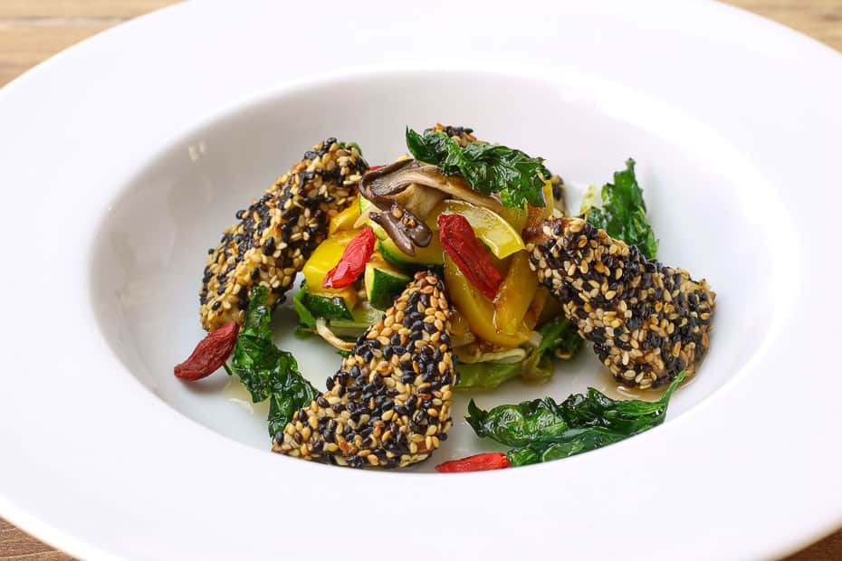Räuchertofu in der Sesamkruste mit Gemüse serviert