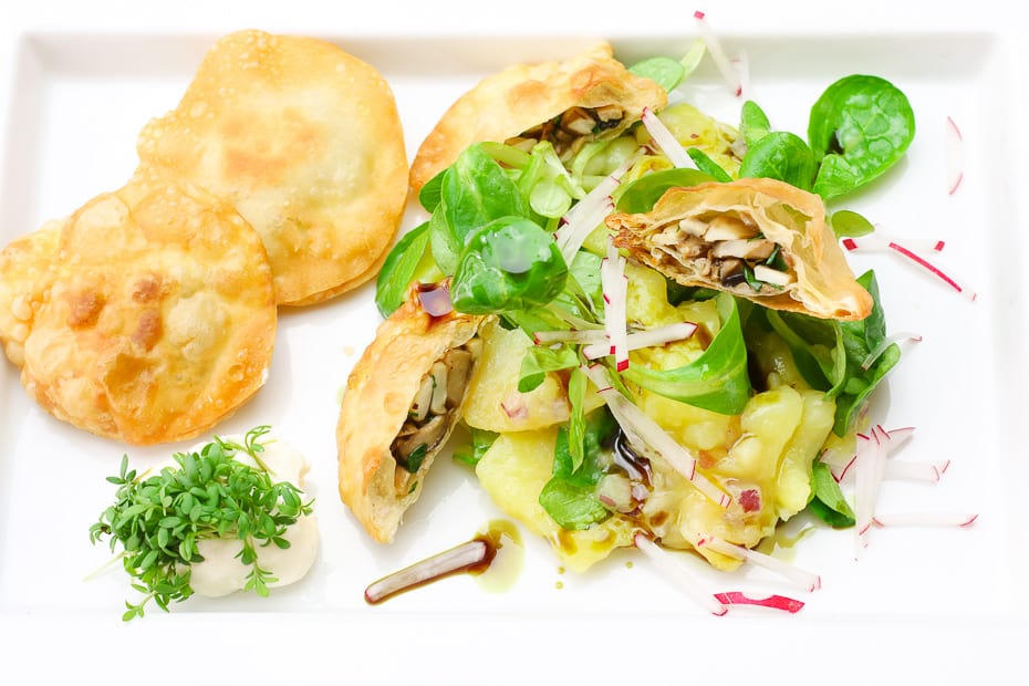 Erdäpfel-Vogerlsalat mit Seitnpilztascherl, eine österreich Vorspeise