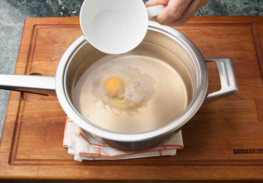 pochiertes Ei im Essig-Wasser schwimmend.