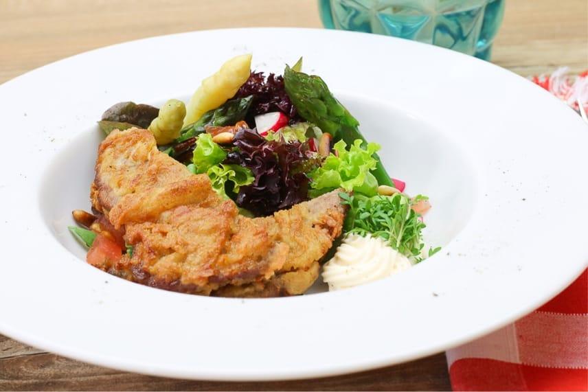 RIndfleischsalat mit Spargel, schön angerichtet, ein einfaches und effektvolles Rezept.