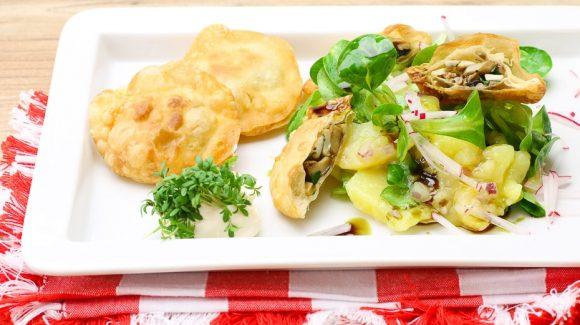 erdäpfelsalat mit vogerlsalat dazu steinpilztascherl, rezept mit bild für vegetarisches gericht mit steinpilze.
