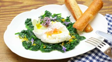 Pochiertes Ei auf Spinat und Wildkräuter, ein ideales Rezept für das Osterfest.