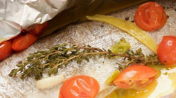 Fisch in der Alufolie zubereiten Rezept Bild Forelle in der Alufolie mit Gemüse und Weißweinsauce mit Thymian und Tomaten