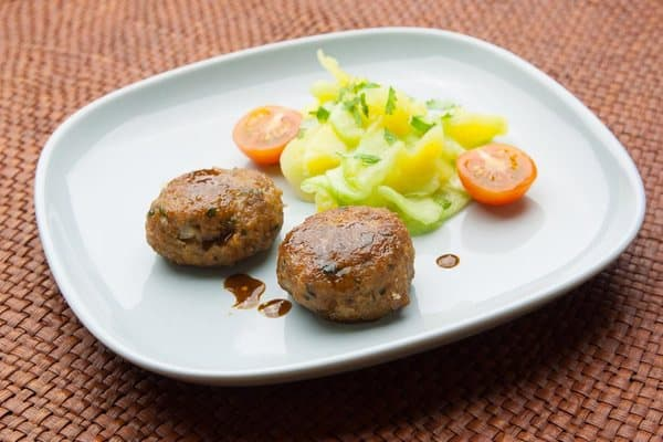 Fleischpflanzerl oder Fleischlaiberl mit Kartoffelsalat und Gurken