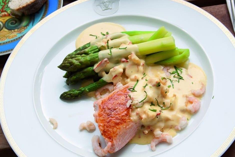 Rezept Sauce Hollandaise das Titelbild zum Beitrag. Lachs mit Spargel lecker serviert.
