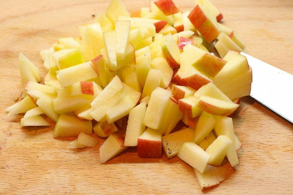 Apfel geschnitten auf Holzbrett