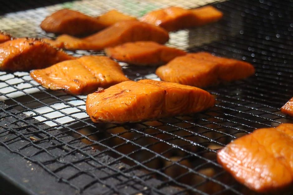 Nahaufnahme Räucherfisch lachsfilet bei Fischräucherei Franke in bremerhaven Foodbild © Thomas Sixt