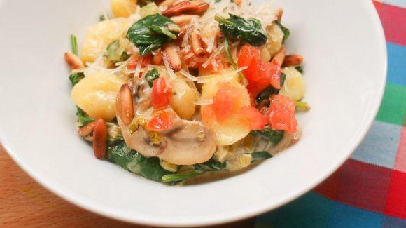 Leckere Gnocchi mit Spinat, Gemüse und Sahnesoße