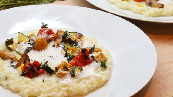 Gemüse-Risotto mediterran und vegetarisch mit Thymian und weißem Trüffelschaum.