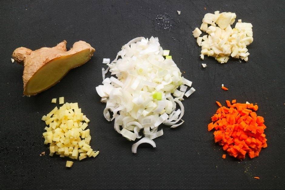 ingwer, Kurkuma,Zwiebel und Knoblauch in würfel geschnitten