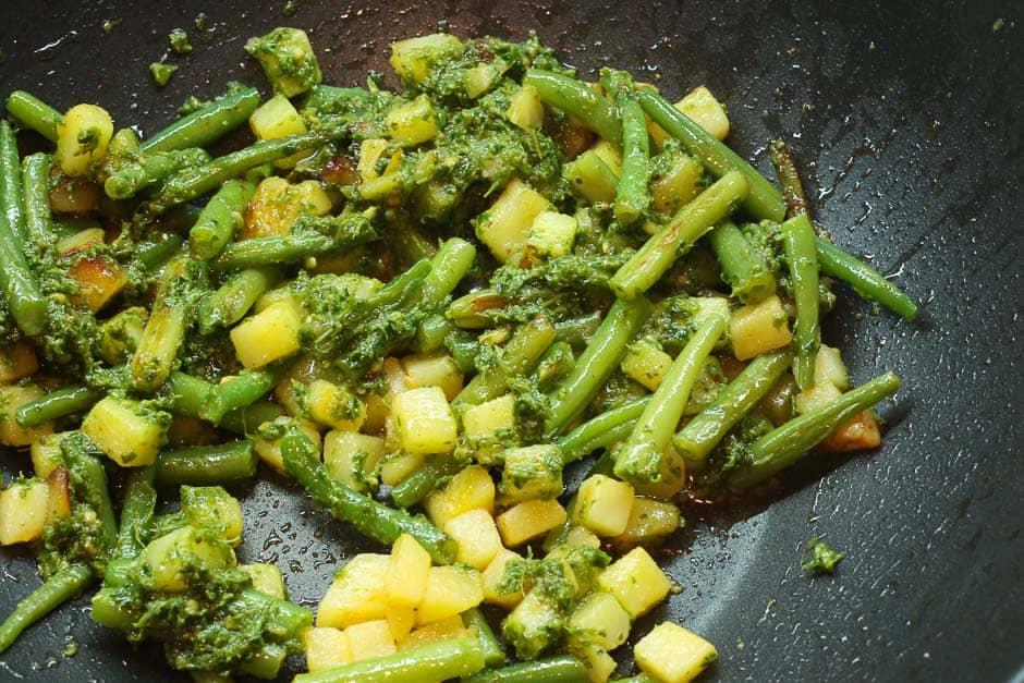 Bohnen und Kartoffeln mit Pesto Genovese vermischt.