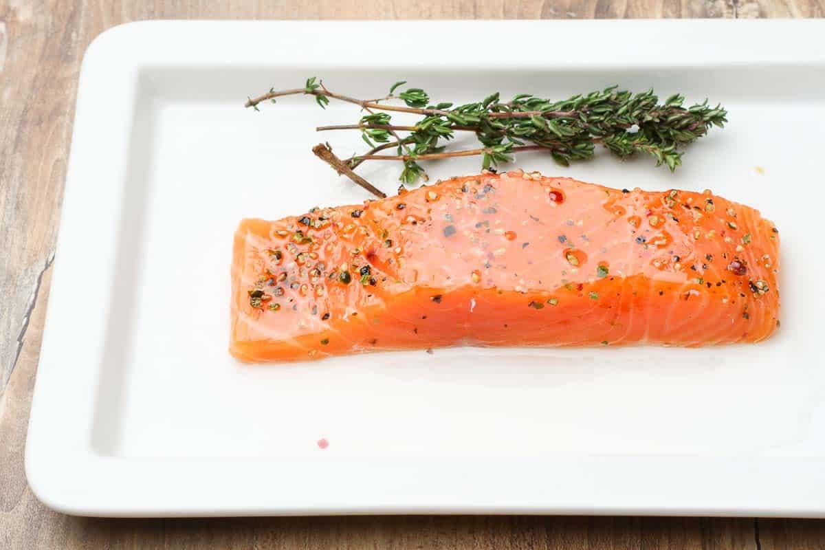 Rohes Lachsfilet gewürzt auf einem Teller zum Zubereiten vorbereitet. Foodbild ©Thomas Sixt
