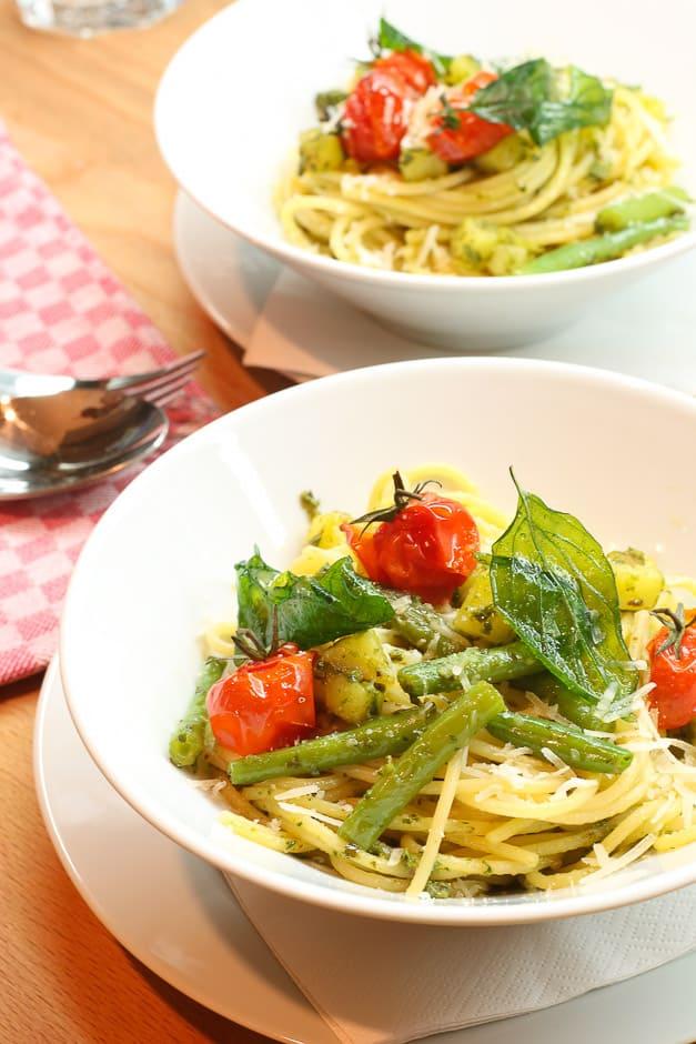 Foodbild Spaghetti Pesto Genovese mit Tomaten und Gemüse