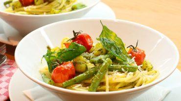 Nudeln mit Pesto, Bohnen Kartoffeln und Tomaten