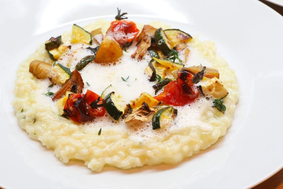 Gemüse-Risotto mit weißer Trüffelsauce und mediterranem Gemüse.