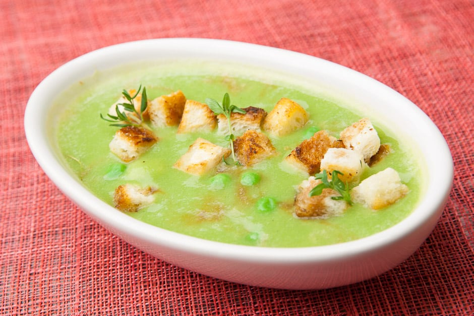 Erbsensuppe etwas stärker gebunden mit Erbsen und Brotwürfel als Suppeneinlage serviert.