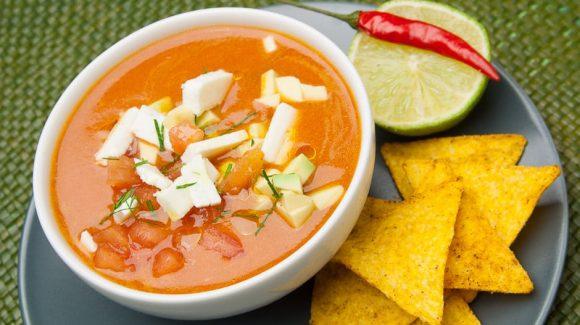Kalte Tomatensuppe mit Schafskäse, Tomatenwürfel, Avocado, Limette und Chili. Erfrischend und spannend im Geschmack!