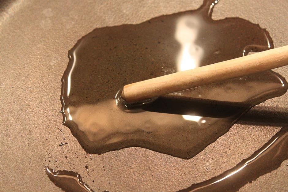 Pfanne mit Öl erhitzen zum Reibekuchen braten