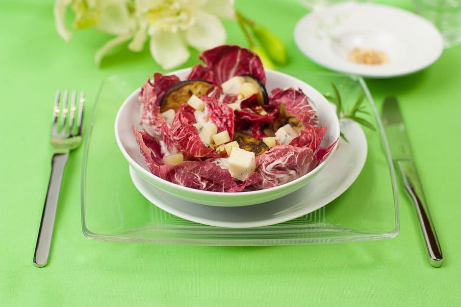 Salat auf dem Tisch, dieser Salat mit Radicchio macht den Abend rund!