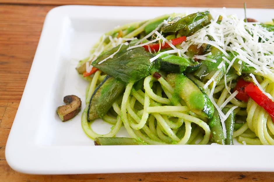 Gemüsespaghetti auf dem Teller angerichtet
