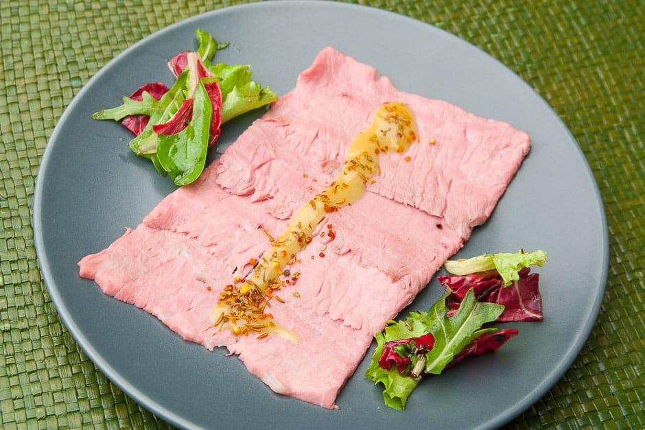 Rostbeef dünn aufgeschnitten kalt serviert mit kalter Senf-Honig Soße und Salat. Eine vorzügliche Vorspeise für Gäste.