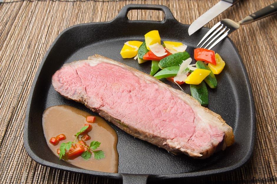 Roastbeef niedrigtemperatur Zubereitet und als Steak serviert. dazu passt Gemüse und ein selbst gemachter Kalbsjus aus Kalbsfond.