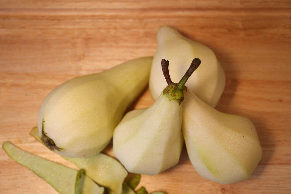 Whole pears peeled