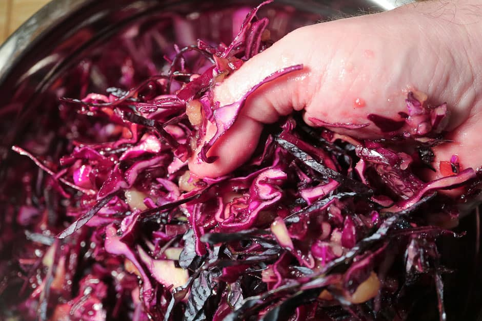 Knead red cabbage (red cabbage, red cabbage) well during preparation