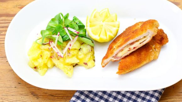 Cordon bleu mit beilage Kartoffelsalat und Feldsalat
