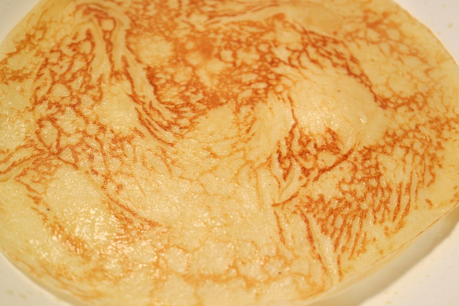 Pfannkuchen goldgelb in der Pfanne backen