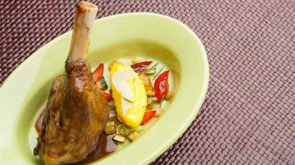 Lammhaxe Rezept Bild von der geschmorten Lammhaxe mit Beilagen