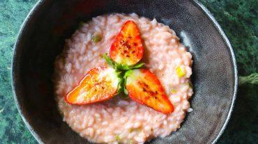 Erdbeerrisotto Rezept Bild. Phantastisches Risotto mit Erdbeeren selber zubereiten.