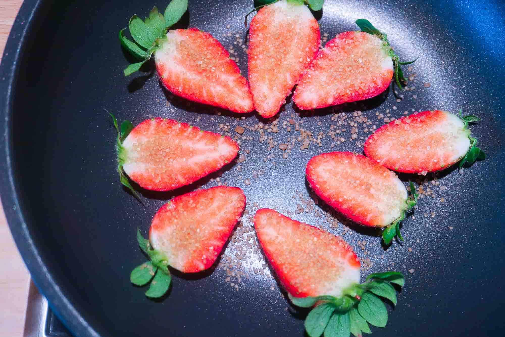 Erdbeeren für Erdbeerrisotto als Dekoration vorbereiten