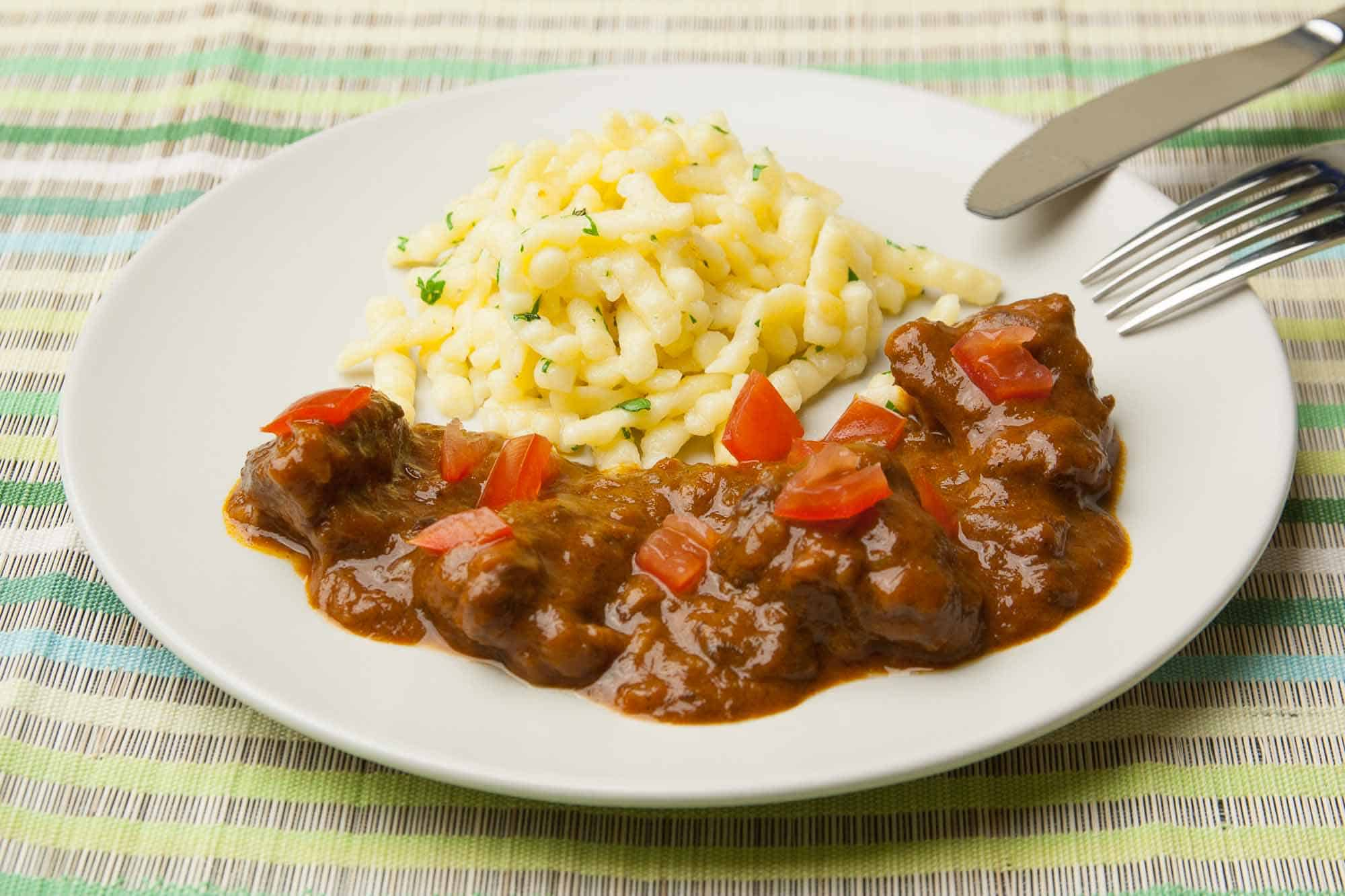 Beef Goulash Recipe, the classical Preparation shows you the Cook Professional
